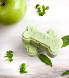 Minty Fresh Breath Dog Treats - The Produce Moms Puppy Treats, Diy Dog Treats, Homemade Dog Treats, Healthy Dog Treats, Puppy Food, Dog Biscuit Recipes, Dog Treat Recipes, Dog Food Recipes, Cake Recipes