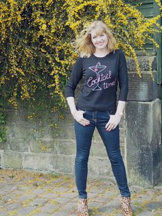 What Lizzy Loves. Cocktail glass logo top worn with skinny jeans and high-heeled leopard print boots Jean Smart, Backless Evening Gowns, Leopard Print Boots, Weekend Style, High Heel Boots, Old Women, Jeans Style, Cocktail Glass, My Outfit