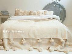 Manta de lana marroquí XL con blanco cremoso de pom poms '' 9.8 X 6.6 FT'' de ElRamlaHamra en Etsy https://www.etsy.com/es/listing/253715360/manta-de-lana-marroqui-xl-con-blanco