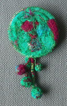 Broche textile par VeronikB sur Etsy