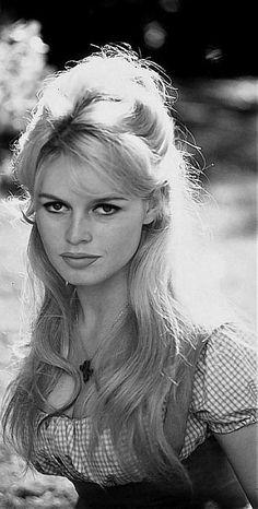 Brigitte Bardot = The style icon - so beautiful! Bridgitte Bardot, Bardot Brigitte, Bridget Bardot Hair, Bridgette Bardot Style, Urbane Mode, Star Francaise, Make Up Braut, Actrices Hollywood, Braut Make-up
