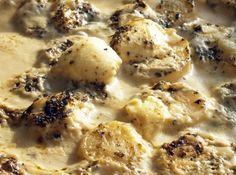 Receita de Batata Assada - 500 gr de batata média(s), 1 tablete(s) de caldo de frango, 1 cebola média(s), 1/2 xícara(s) (chá) de Água, leite, orégano, maionese...