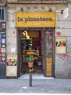De ruta por las librerías más curiosas de Madrid - Madridiario Madrid, Garage House, Bookstores, Store Fronts, Ms, Pizza, Houses, Display, Paths