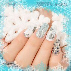 #winter   #nails   #snowflake   #glitter   #nailart   Auf richtige Winternägel gehören zarter Glitzer, die Farbe Weiß und natürlich Schneeflocken. Worauf würdet Ihr bei Eurer frostigen Nailart auf keinen Fall verzichten?