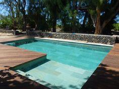 Belle terrasse en bois pour embellir une piscine en béton, spécialité de Marinal
