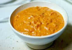 Υλικά    2 κεσεδάκια στραγγιστό γιαούρτι  1 κόκκινη πιπεριά Φλωρίνης  1 κρεμμύδι  1 σκελίδα σκόρδο  1 κουτ. σούπας άνηθο, ψιλοκομμένο  ½ κουτ. γλυκού γλυκιά πάπρικα  1 κουτ. σούπας λευκό ξύδι  1 κουτ. σούπας μουστάρδα  2 κουτ. σούπας ελαιόλαδο  αλάτι  πιπέρι    Εκτέλεση    Κτυπάμε στο μούλτι τα λαχανικά με το ελαιόλαδο