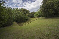Omaggio a Pietro Porcinai.  Lo spazio teatro Celle è opera dell'artista Beverly Pepper, il labirinto dello scultore Robert Morris.