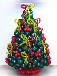Este árbol es hecho en casi su totalidad con globos, observe la base y los lazos, todo de globos.