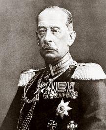 Alfred Graf von Schlieffen (1833-1913) was een Duitse generaal, die bekend is geworden om zijn aanvalsplan. Het Schlieffenplan hield in dat Frankrijk binnen zes weken kon worden overwonnen, in geval van oorlog. Zo lang had Rusland nodig om zich te mobiliseren. Duitsland was bang voor een tweefrontenoorlog en dacht zo beide staten voor te zijn. Het plan was klaar in 1905 en werd door Duitsland in de oorlogsstrategie opgenomen.