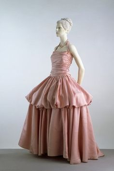 Evening dress Place of origin: Paris, France (made) Date: 1939 (made) Artist/Maker: Edward Molyneux, born 1891 - died 1974 (designer) Materials and Techniques: Ribbed silk, fastened with a metal zip, bone hoops Vintage Outfits, Vintage Gowns, Vintage Mode, Vintage Style, Madeleine Vionnet, Charles James, Pink Evening Dress, Evening Dresses, Pink Dress