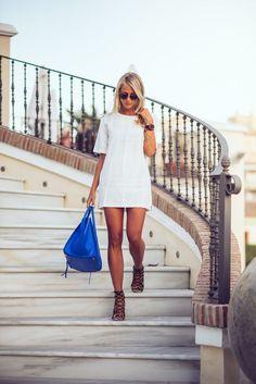 Den Look kaufen: https://lookastic.de/damenmode/wie-kombinieren/gerade-geschnittenes-kleid-weisses-sandaletten-schwarze-shopper-tasche-blaue-sonnenbrille-schwarze/10541 — Weißes Gerade Geschnittenes Kleid — Schwarze Sonnenbrille — Blaue Shopper Tasche aus Leder — Schwarze Wildleder Sandaletten