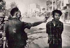 fotografía tomada por Eddie Adams, fotógrafo estadounidense premio Pulitzer, ha pasado a la historia convirtiéndose en uno de los iconos más recordables de la guerra de Vietnam. En ella un jefe de la policía de Vietnam del Sur dispara a bocajarro a un prisionero del Vietcong.