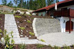 aménager son jardin en pente-mur-soutenement-blocs-escalier-exterieur Gabion Wall, Landscaping Retaining Walls, Sloped Backyard, Side Yards, Green Life, Garden Bridge, My Dream Home, Vegetable Garden, Garden Design