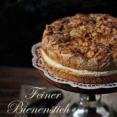 Sonntag Morgen ist Backzeit. Heute neu auf dem Blog: Bienenstich 🐝, der keiner ist 😉 Fluffiger Biskuit mit Mandeln und Butterflöckchen gefüllt mit herrlich zarter Creme mit echter Vanille direkt aus Madagaskar ❤️ #newblogpost #maluskoestlichkeiten #cake #baking #patisserie #sunday #yummy #foodblogger #ichliebefoodblogs