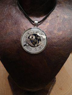 Anhägner mit Ziffernblatt und Uhrenkleinteilen