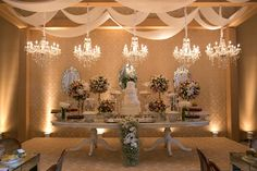 Mesa do bolo e doces com lustres de cristal.. lustres para aluguer www.aluguerdelustres.com