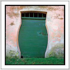 Tür in einem Winzerhaus in den Marken, gebaut, damit Weinfässer durchpassen!