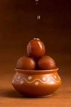 Indian Dessert Recipes, Indian Sweets, Ramadan Sweets, Sweets Photography, Bengali Food, Gulab Jamun, Food Wallpaper, Food Painting, Indian Street Food