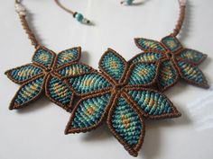 Blue & Brown Flower Macrame Necklace Creation by PapachoCreations collares Items similar to Blue & Brown Flower Macrame Necklace Creation with Quartz and Gemstones Beads on Etsy Macrame Colar, Macrame Thread, Macrame Necklace, Macrame Knots, Macrame Bracelets, Handmade Bracelets, Macrame Jewelry Tutorial, Diy Jewelry, Beaded Jewelry