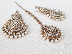 Indian Jewelry Sets, Indian Wedding Jewelry, Bridal Jewelry, Buy Earrings, Jewelry Design Earrings, Tika Jewelry, Mughal Architecture, Wedding Morning, Fancy Jewellery