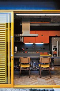 Contraste que inspira: cinza, laranja, amarelo e marrom - Minha Casa