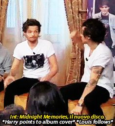 harry hit his hand on louis' and they started giggling.this is why i love them