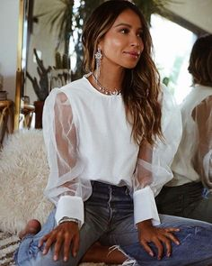 Love this chic white blouse with casual denim jeans. - - Love this chic white blouse with casual denim jeans. Outfit Jeans, Lässigen Jeans, White Blouse Outfit, Hollister Jeans, Spring Outfits, Trendy Outfits, Cute Outfits, Fashion Outfits, Womens Fashion Online