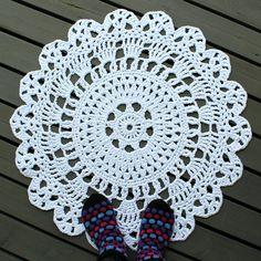 Virkattu matto | Crochet doily rug | Pitsin viemää