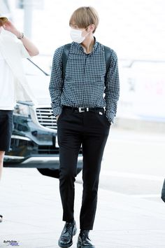 Bts Kim Taehyung (V) Airport Fashion Bts Airport, Airport Style, Korean Fashion Men, Kpop Fashion, Airport Fashion, Top Model Homme, Jung Kook, Bts Inspired Outfits, Mode Kpop