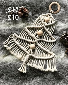 New crochet christmas tree wall hanging decoration Ideas Macrame Art, Macrame Projects, Macrame Knots, Micro Macrame, Crochet Christmas Trees, Christmas Crafts, Xmas, Macrame Curtain, Macrame Patterns