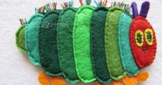 blog di idee e pensieri montessoriani per scuola- nido Caterpillar Craft, Very Hungry Caterpillar, Knitting Toys Easy, Touch And Feel Book, Sewing Crafts, Sewing Projects, Baby Blanket Tutorial, Felt Board Stories, Felt Cupcakes