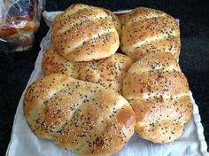 Recept voor zachte Turkse broodjes. Los 10 gram droge gist en een tl suiker op in 225 gram handwarm water. Laat 10 minuten staan. Voeg dan 135 gram