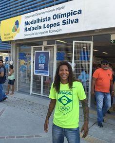 Medalha de ouro na Rio 2016 a judoca Rafaela Silva @rafaelasilvaa virou nome de escola. A campeã olímpica esteve hoje na inauguração da 43ª unidade escolar do projeto Fábrica de Escolas do Amanhã em Magalhães Bastos Zona Oeste do Rio #rafaelasilva #judô #escola #ouro #rio2016 (via @globoesportecom)  #donasdarua #agentenaoquersocomida #avidaquer @avidaquer por @samegui