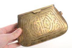 Bolso decorado de latón dorado. Por dentro esta forrado en terciopelo rojo y tiene dos asas laterales para ensartar una cadena Etsy 35€