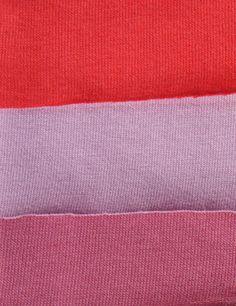 Das Stoffpaket besteht aus vier farblich sortieren Zuschnitten unseres Single Jersey in den Farben rot, flieder und fuchsia. Alle Zuschnitte sind 1,50 Meter lang und je nach Rollenbreite etwa 1,70...