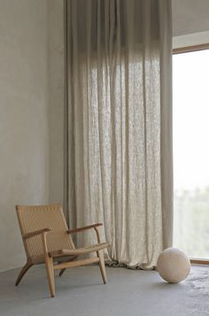 In this corner, the curtains contribute with a soft light since only some of the sunlight can pass through. The armchair is Danish design by Wegner. Casa Top, Earthy Home, Curtains With Blinds, Linen Curtains, Interior Decorating, Interior Design, Home And Living, Interior Inspiration, Interior Architecture