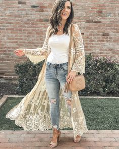 Have you ever seen a prettier kimono? 😍 It's perfect for date night and is. Western Wear, Western Outfits, Boho Outfits, Stylish Outfits, Cute Outfits, Fashion Outfits, Kimono Fashion, Boho Fashion, Xl Mode