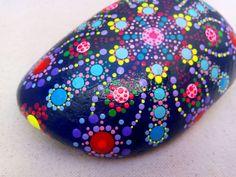 Wunderschöne handgemalte Punkte Mandala. Diese einzigartigen Kreationen verwenden Acrylfarbe. Ich hand Handwerk entwirft und endet zu den Meer-Steinen.  Maße: 5,9 x 3,9 - 15 x 10 cm ca. Gewicht: 650G Hintergrundfarbe: Marineblau  Die Steine sind perfekt als ein Papiergewicht oder zur Dekoration eines besonderen Raumes sowie für Meditation verwendet. Erstaunliche Geschenk für Freunde oder Kollegen, der alles hat.  Wenn Sie mehr bemalte Steine sehen möchten, bitte schauen Sie diesen Links…