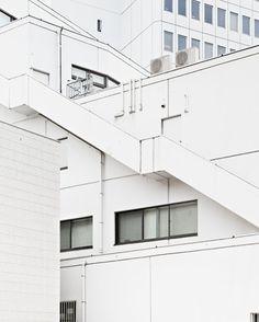 Общих планов — громадье  Серия фотоснимков, где безликие архитектурные формы превращаются в строгую графику.