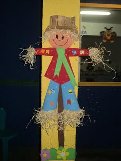 Painel Decoração Festas Juninas Espaço do Educador Ideia Criativa Fall Festival Decorations, Fall Door Decorations, Fall Decor, Holiday Decor, Twigs Decor, Scarecrow Crafts, Diy And Crafts, Crafts For Kids, Outdoor Crafts