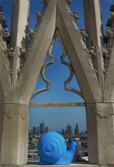 Fifty blue plastic snails slowly climbed upon Milan's duomo roof earlier this month invading the city landmark, the gothic cathedral . Milan Duomo, Gothic Windows, Gothic Cathedral, Blue Art, Public Art, Art And Architecture, Art Forms, Garden Art, Metal Art