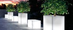 17 Illuminated Planters: How To Make A Glowing Romantic Backyard - Garten 2019 Contemporary Landscape Lighting, Landscape Lighting Design, Outdoor Lighting Landscape, Outdoor Landscaping, Backyard Landscaping, Landscaping Ideas, Inexpensive Landscaping, Luxury Landscaping, Backyard Ideas