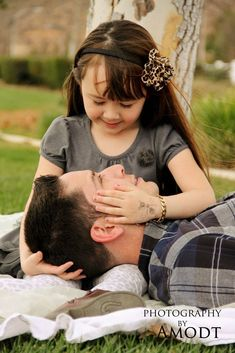 Father Daughter Poses, Father Daughter Photography, Daddy Daughter Photos, Little Girl Photography, Children Photography, Family Photography, Portrait Photography, Mother Daughters, Photography Ideas