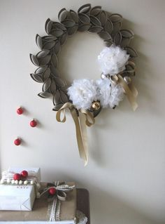 Corona de Navidad hecha con rollos de papel higiénico
