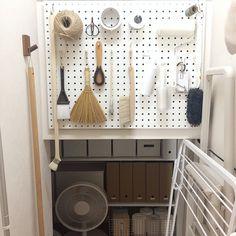 階段下収納 ・ ・ ・ おはようございます☀︎ お久しぶり?階段下収納。 あまり変わってはいませんが・・ 壁面→吊るす収納 ※フロワーモップ・掃除グッズ・ビニテ・麻紐などなど 収納庫奥→棚ざっくり収納 ※makita充電器・工具・日用品・衛生用品・電球・取扱説明書などなど あとは脚立や部屋干し用タオルハンガーは立て掛け収納。 基本私の収納方法は、簡単・ユル〜く・ザックリ! ニトリのケースの中なんてザックリ感スゴイです( ⁼̴̶̤̀ω⁼̴̶̤́ ) ・ ・ 関西の美魔女糸ちゃまが11/22いい夫婦の日にお菓子教室をスタートしたの〜♡ 糸ちゃまおめでとう♬ @itonarix12 ・ ・ ・ ・ #収納 #ゆる収納 #階段下 #整理収納 #棚収納 #無印 #無印良品 #ニトリ #ベルメゾン #掃除道具 #掃除グッズ #インテリア #シンプルインテリア #シンプル #暮らし #interior #수납