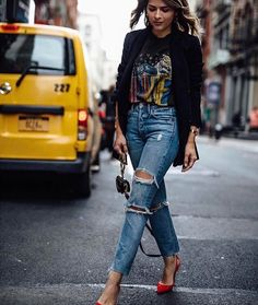 10 Graphic Tees for a Cool-Girl Look - Alles über Damenmode Trend Fashion, Look Fashion, Fashion Outfits, Denim Outfits, Lolita Fashion, Tshirt And Jeans Outfit, Striped Blazer Outfit, Band Shirt Outfits, Blazer And T Shirt