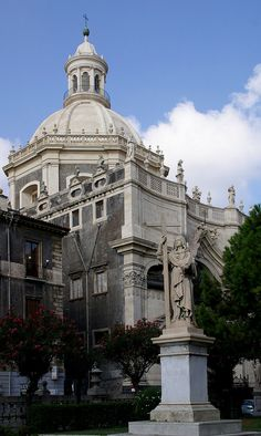 Catania , Piazza Duomo, Statue des Glaubens im Domgarten und Badia di Sant'Agata (statue of Faith in the cathedral garden and St. Agatha's Abbey) | Flickr - Photo Sharing!