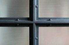 Translucent panels framed in industrial frame - for sliding doors and room dividers---voir details du site
