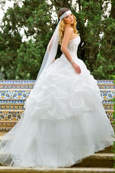 http://www.weddinginspirasi.com/2014/01/08/a-bela-noiva-2014-wedding-dresses/ a bela noiva #bridal 2014 strapless ball gown pick up skirt #ballgown #weddings #weddingdress