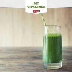 """Aquilo que come antes de ir para ginásio vai condicionar a sua performance, por isso escolha alimentos que estimulem a sua energia e força sem """"gorduras más"""" para o seu corpo. Temos uma sugestão para um snack pré-treino: um Smoothie de fruta à escolha + flocos de aveia pré cozinhados + Baby Kale Vitacress! Experimente e tenha um bom treino! #myvitalunch #vitacressportugal"""